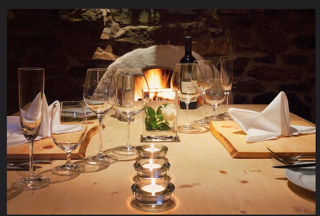 Romantisches Dinner bei knisterndem Kaminfeuer ganz privat im Weinkeller